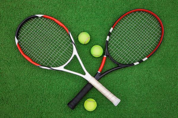 勝敗を決めるカギ?最適なテニスラケットを選ぶ方法